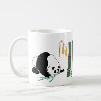 2 pandas comen el bambú en bosque tropical tazas de café