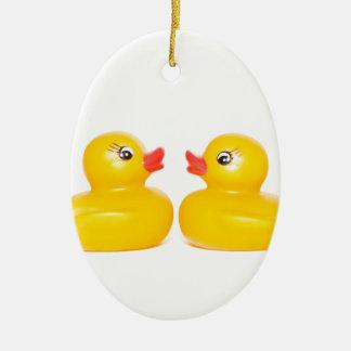 2 patos de goma en amor adorno navideño ovalado de cerámica