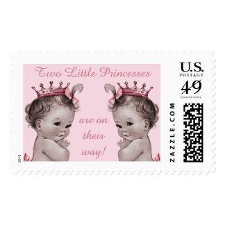 2 pequeñas princesas están en su bebé del vintage timbre postal