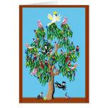 2 rosellas carmesís, y un cockatoo encima de un gu tarjeta