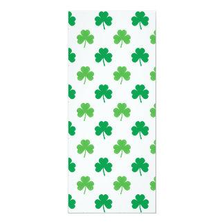 2-Shades de tréboles verdes en St Patrick blanco Invitación Personalizada