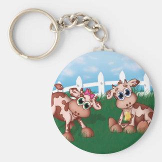 2 vacas del bebé que pastan en un lado de la llavero redondo tipo pin