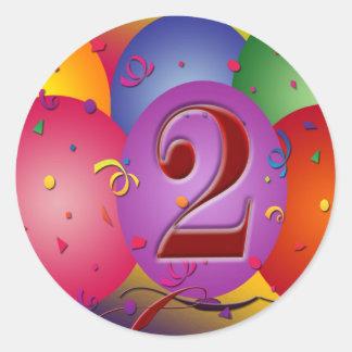 2dos globos felices del cumpleaños etiqueta redonda