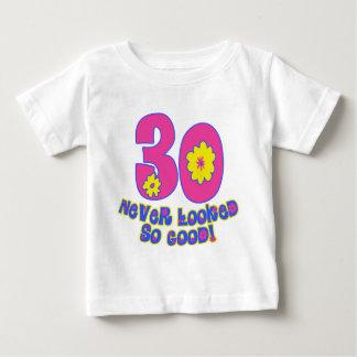 ¡30 nunca parecido tan bueno! playera de bebé