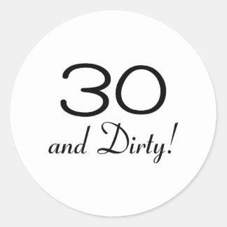 30 y 3 sucios pegatina redonda