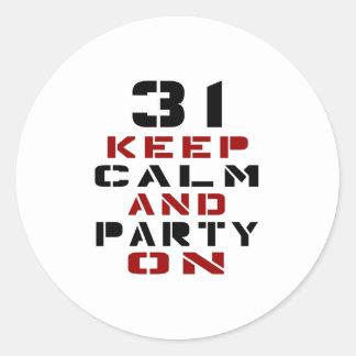 31 guarde la calma y vaya de fiesta encendido pegatina redonda