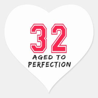 32 envejeció al diseño del cumpleaños de la pegatina corazón personalizadas