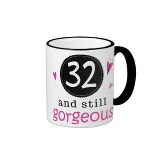 32 y aún idea magnífica del regalo de cumpleaños p tazas