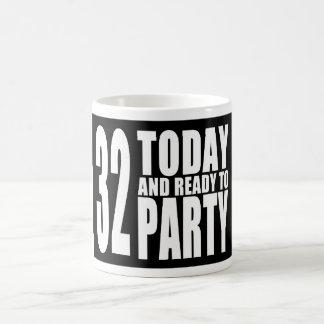 32do Fiestas de cumpleaños: 32 hoy y aliste para Taza Básica Blanca
