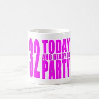 32dos cumpleaños de los chicas: 32 hoy y aliste taza básica blanca
