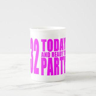32dos cumpleaños de los chicas: 32 hoy y aliste taza de porcelana