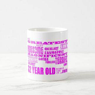 32dos cumpleaños treinta y dos más grande rosado d taza básica blanca