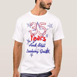 35 años todavía que miran buen cumpleaños de las playera
