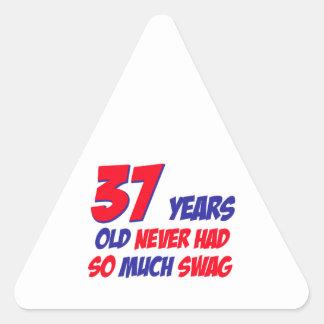 37 años divertidos de cumpleaños pegatina triangular