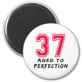 37 envejeció al diseño del cumpleaños de la perfec imán redondo 5 cm