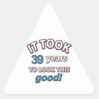 39.os diseños años del cumpleaños pegatina triangular