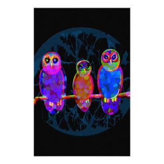 3 búhos coloridos en la noche delante de la luna papelería