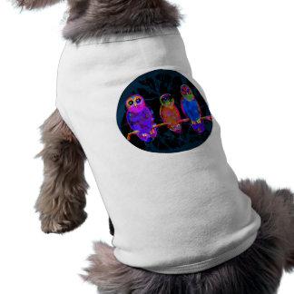 3 búhos coloridos en la noche delante de la luna playera sin mangas para perro