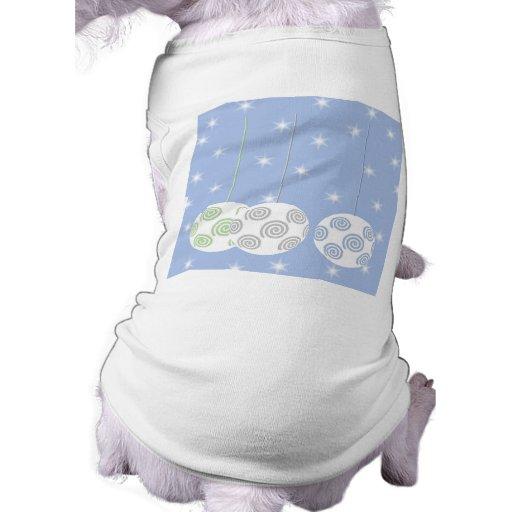 3 chucherías blancas del navidad de Swirly. En azu Camiseta De Mascota