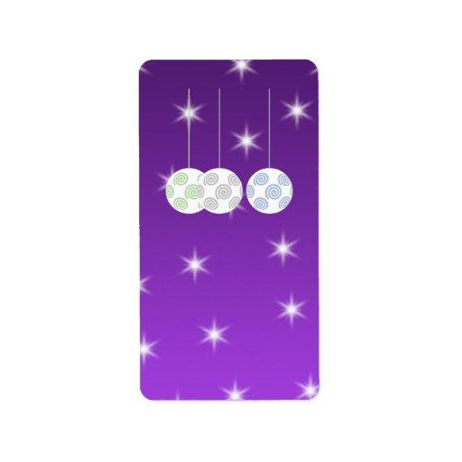 3 chucherías del navidad blanco en fondo púrpura etiquetas de dirección