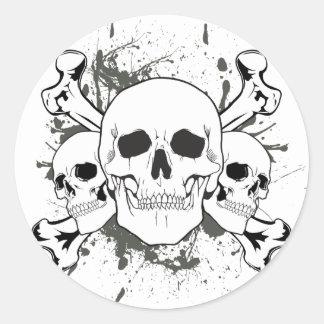 3 cráneos y huesos de la cruz pegatina redonda
