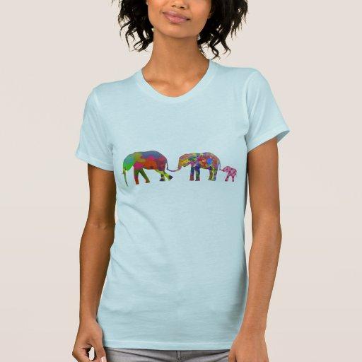 3 elefantes coloridos que caminan - arte pop camiseta