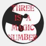 3 es un número mágico pegatina redonda