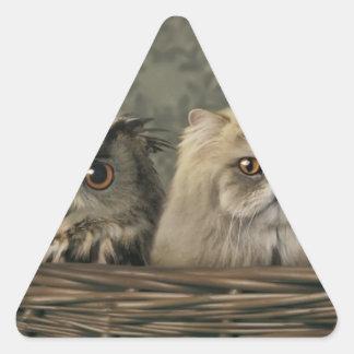 3 gatos y un búho en una cesta pegatina triangular