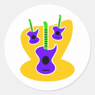 3 guitarras acústicas de lujo con el fondo etiquetas redondas
