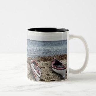 3 kajaks en la playa taza de dos tonos
