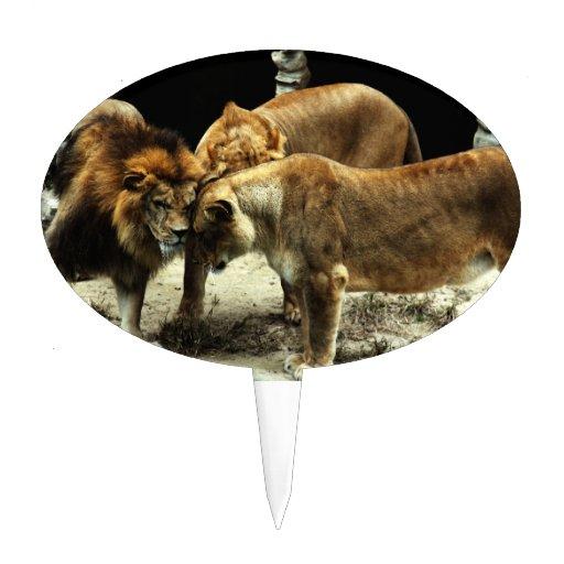 3 leones que empujan sus cabezas juntas figura de tarta