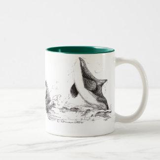 3 orcas que juegan la taza Dos-Entonada