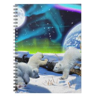 3 oso polar Cubs que juega en la nieve - arte del Spiral Notebook