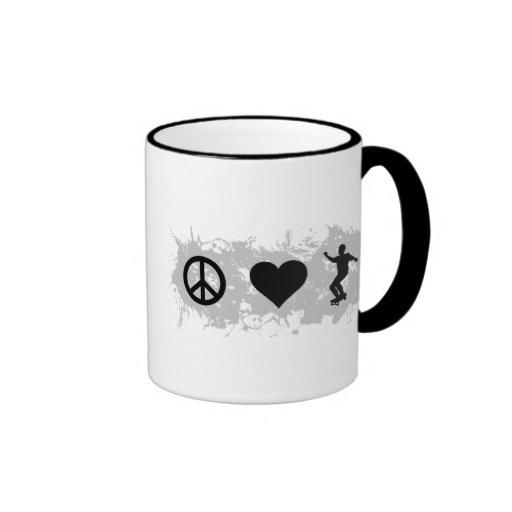 3 que andan en monopatín tazas de café