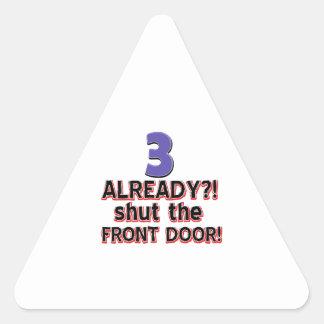 ¿3 ya? Cierre la puerta principal Pegatina Triangular