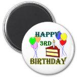 3ro cumpleaños feliz con la torta, los globos y la iman para frigorífico