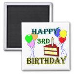 3ro cumpleaños feliz con la torta, los globos y la imán para frigorifico
