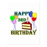 3ro cumpleaños feliz con la torta, los globos y la postales