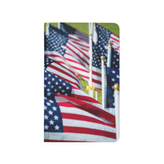 400 banderas que agitan orgulloso en un campo cuadernos