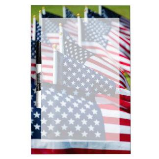400 banderas que agitan orgulloso en un campo tablero blanco