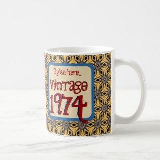 40.o Vintage 1974 del cumpleaños o cualquier ROJO Taza Básica Blanca