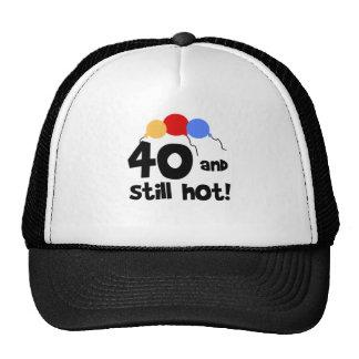 40 y aún caliente gorras