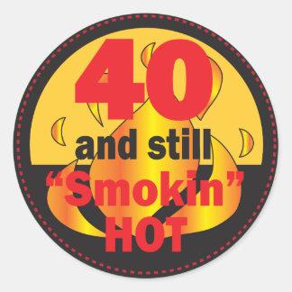 40 y aún cumpleaños caliente de Smokin el | 40.o Pegatina Redonda
