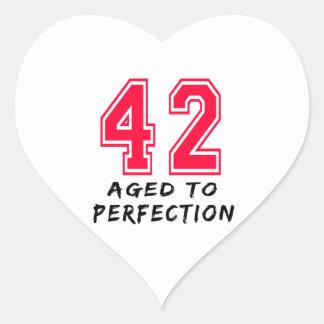 42 envejeció al diseño del cumpleaños de la pegatinas de corazon personalizadas