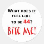 ¡44 muérdame! pegatina redonda