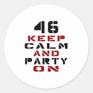 46 guarde la calma y vaya de fiesta encendido pegatina redonda