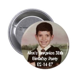 4796, cumpleaños Party02-14-07 de la sorpresa de A Pin Redondo De 2 Pulgadas