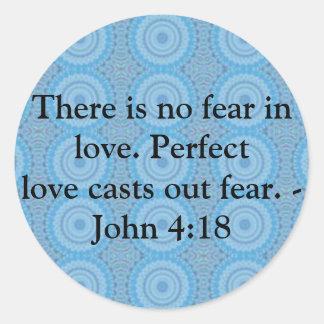 4:18 de Juan - CITA BÍBLICA inspiradora Pegatina Redonda