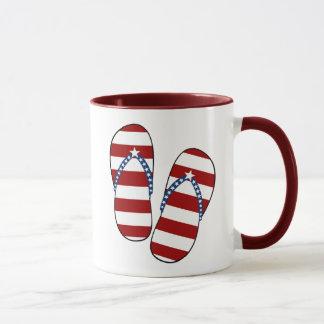4to de los flips-flopes patrióticos de la bandera taza