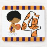 4to Jugador de básquet púrpura y anaranjado v2 del Tapetes De Ratones